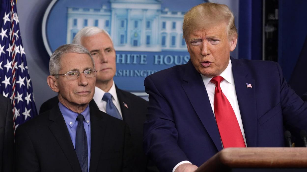 Donald Trump s'exprime aux côtés de Mike Pence et du directeur national de l'Institut des allergies et maladies infectieuses, à la Maison-Blanche.