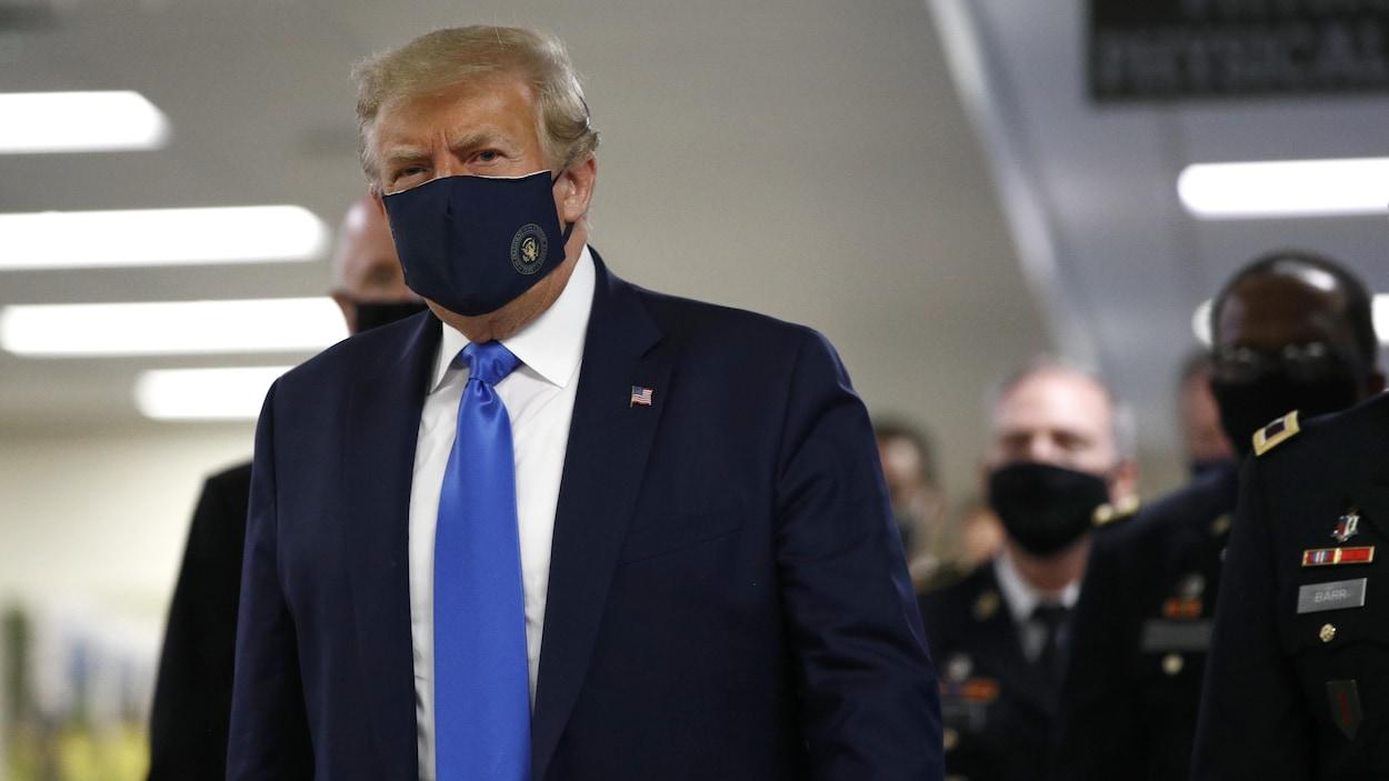 Donald Trump porte un masque en public, une grande première — Coronavirus
