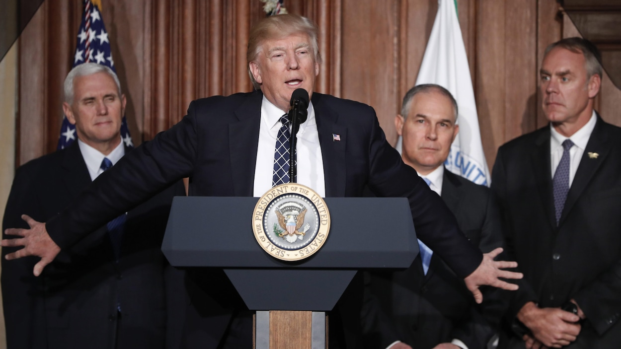 Le président des États-Unis, Donald Trump, avec le vice-président, Mike Pence, le secrétaire de l'Agence américaine de l'environnement (EPA), Scoot Pruitt, et le secrétaire de l'Intérieur, Ryan Zinke, lors de la signature d'un décret « visant à mettre un terme à la guerre du charbon », le 28 mars 2017.