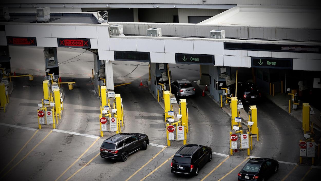 Des véhicules attendent à un poste frontalier.