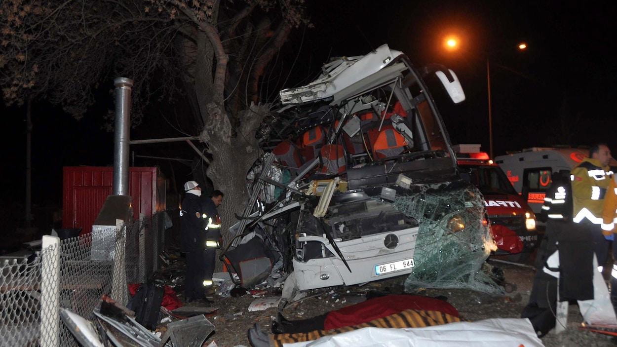 Les équipes d'urgence tentent de secourir les passagers d'un autocar qui a foncé sur des arbres en bordure d'une route en Turquie.