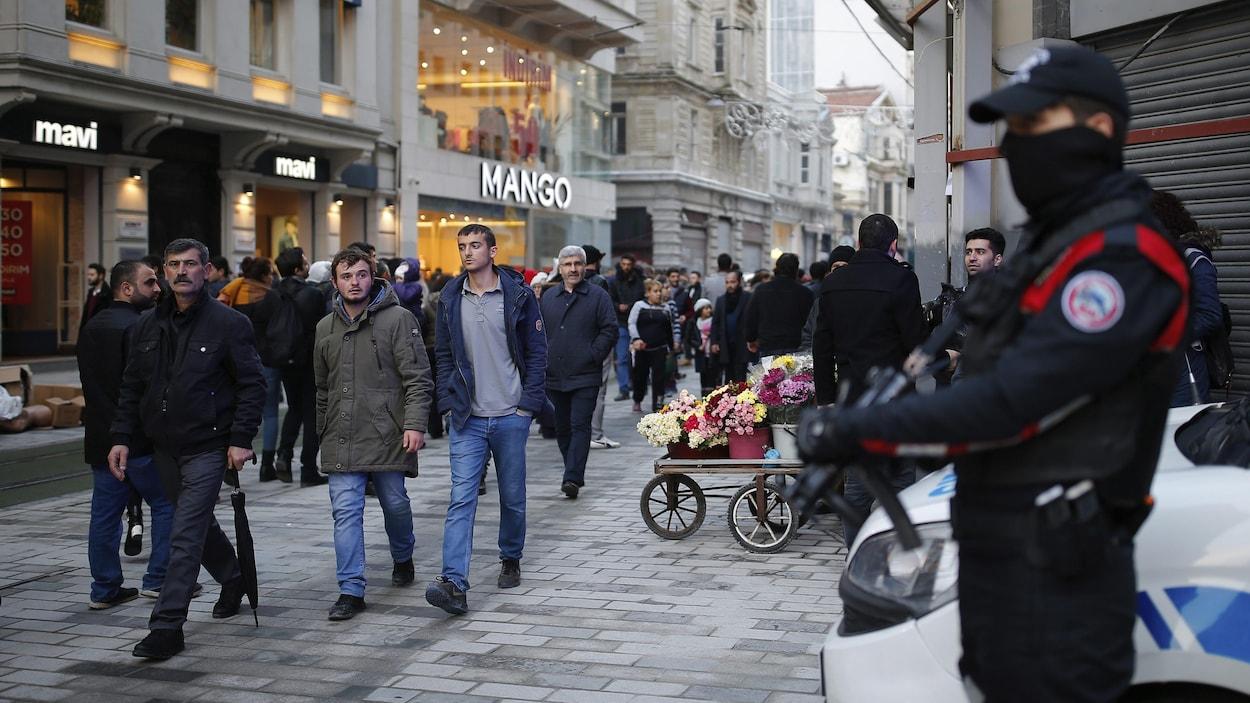 Un policier monte la garde à Istanbul.