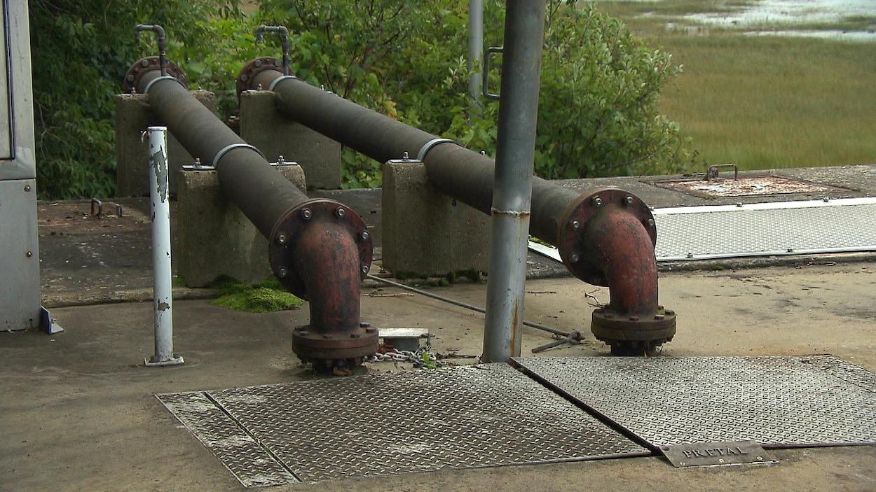 Deux tuyaux d'eaux usées