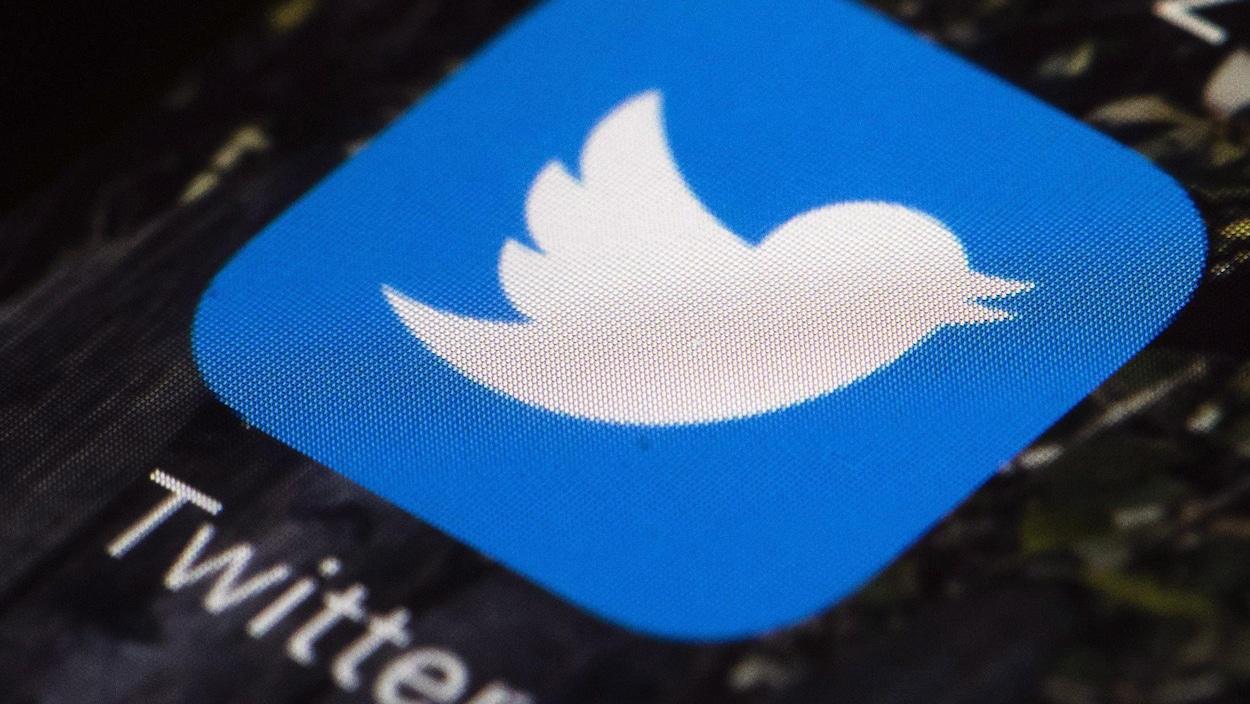 Le logo du réseau social Twitter sur l'écran d'un téléphone intelligent