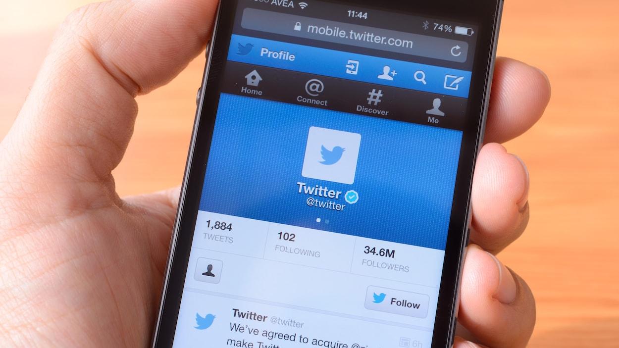 Un écran de téléphone mobile sur lequel on voit le site du réseau social Twitter.