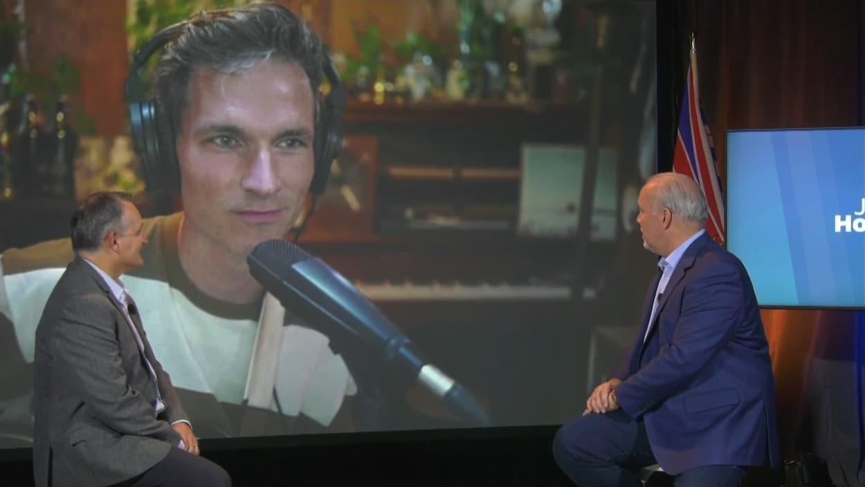 Tyler Bancroft discute avec John Horgan par visioconférence.