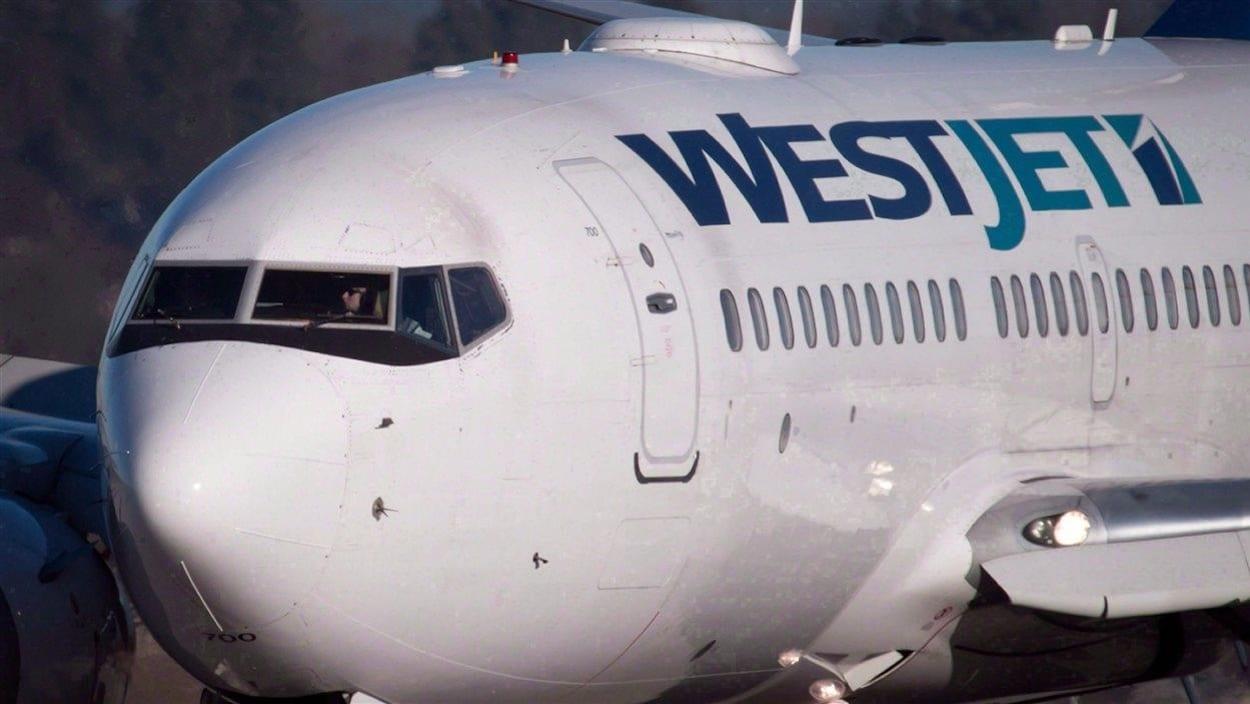 Un avion de la compagnie WestJet au sol.