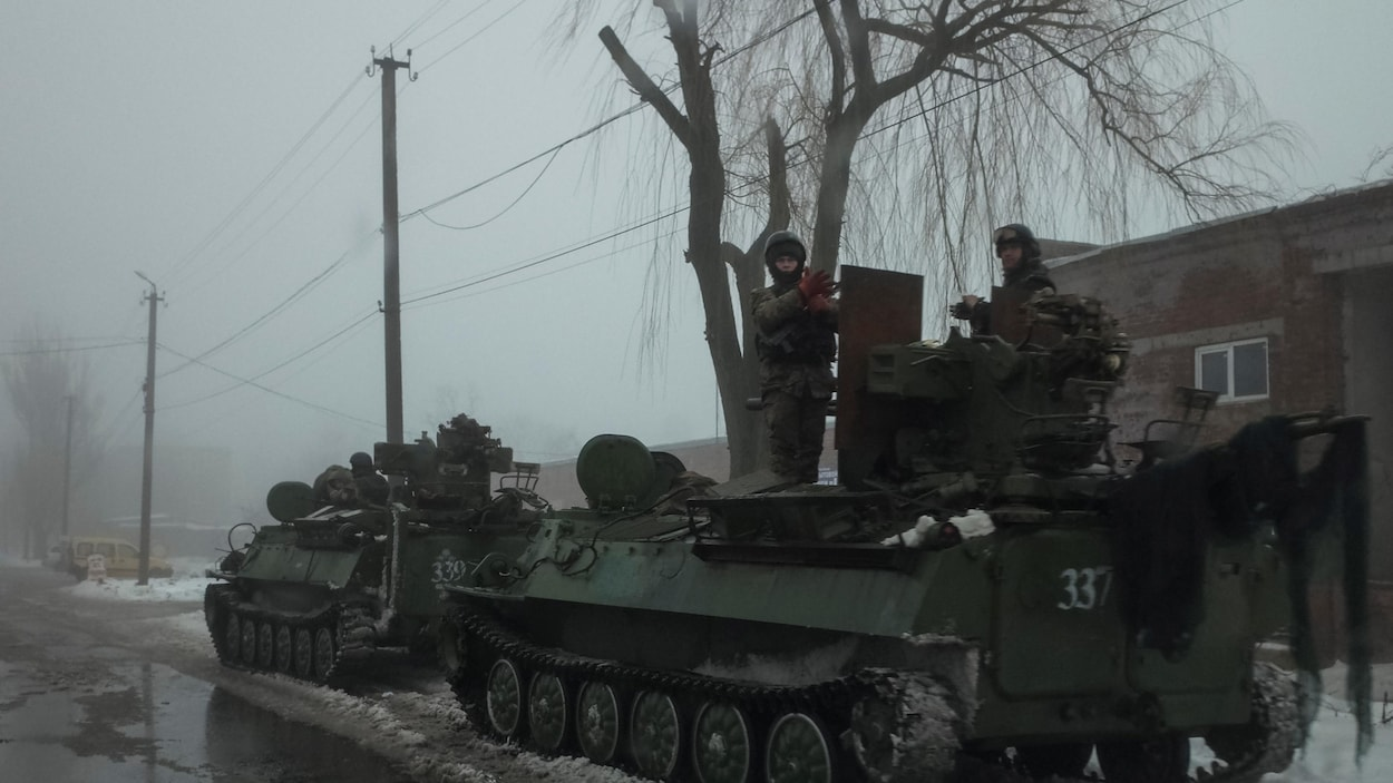 Des membres des forces armées ukrainiennes à bord de véhicules blindés près de la ville d'Avdiyivka.