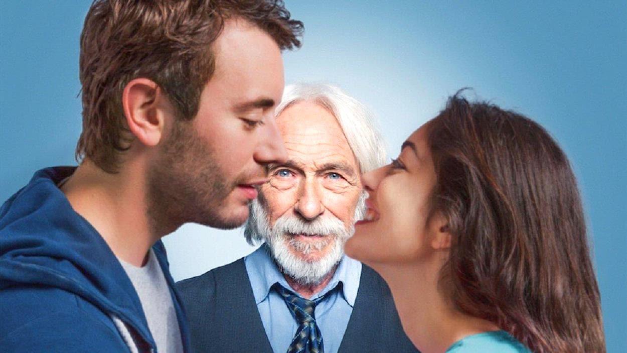 Affiche promotionnel du film Un profil pour deux, sur laquelle on voit un couple se regarder tendrement et, à l'arrière-plan, un vieil homme s'interposer.