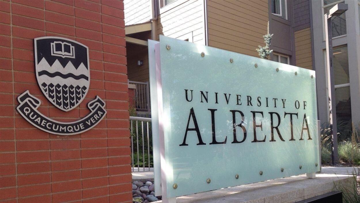 Le panneau extérieur de l'université, à l'entrée du campus.