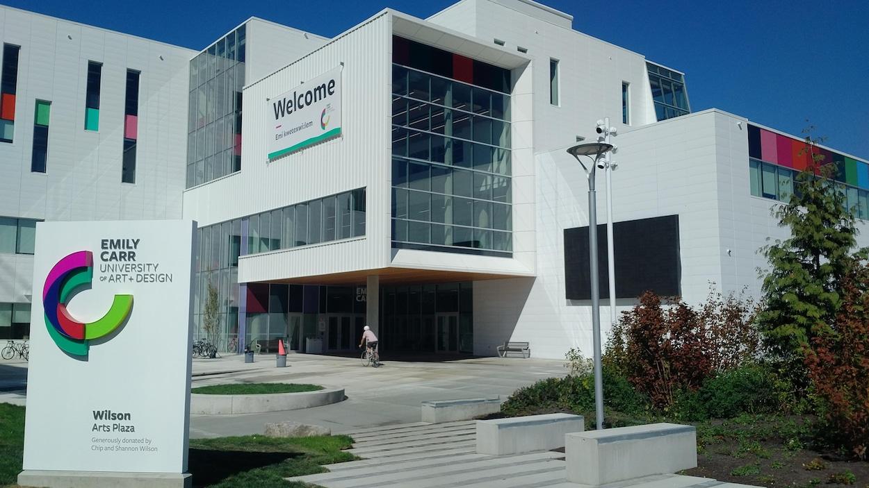Place publique devant le nouvel immeuble de l'Université d'arts et de design Emily-Carr