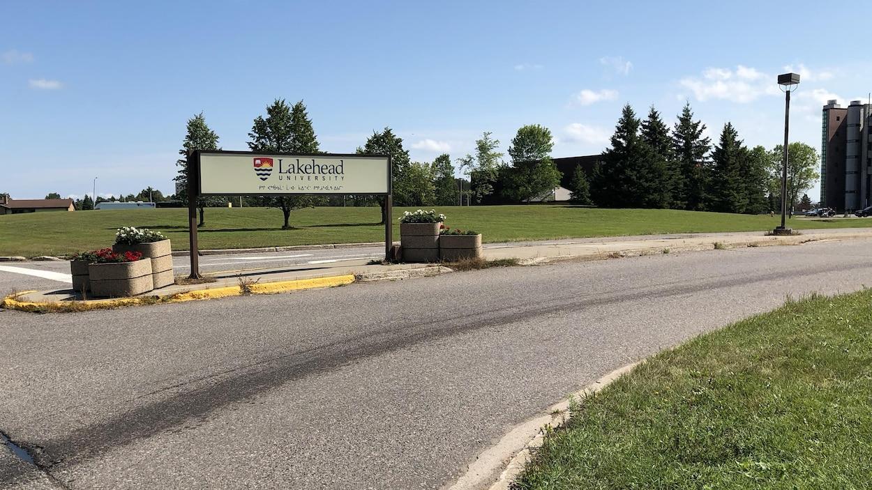 Un panneau indiquant le nom de l'Université Lakehead.
