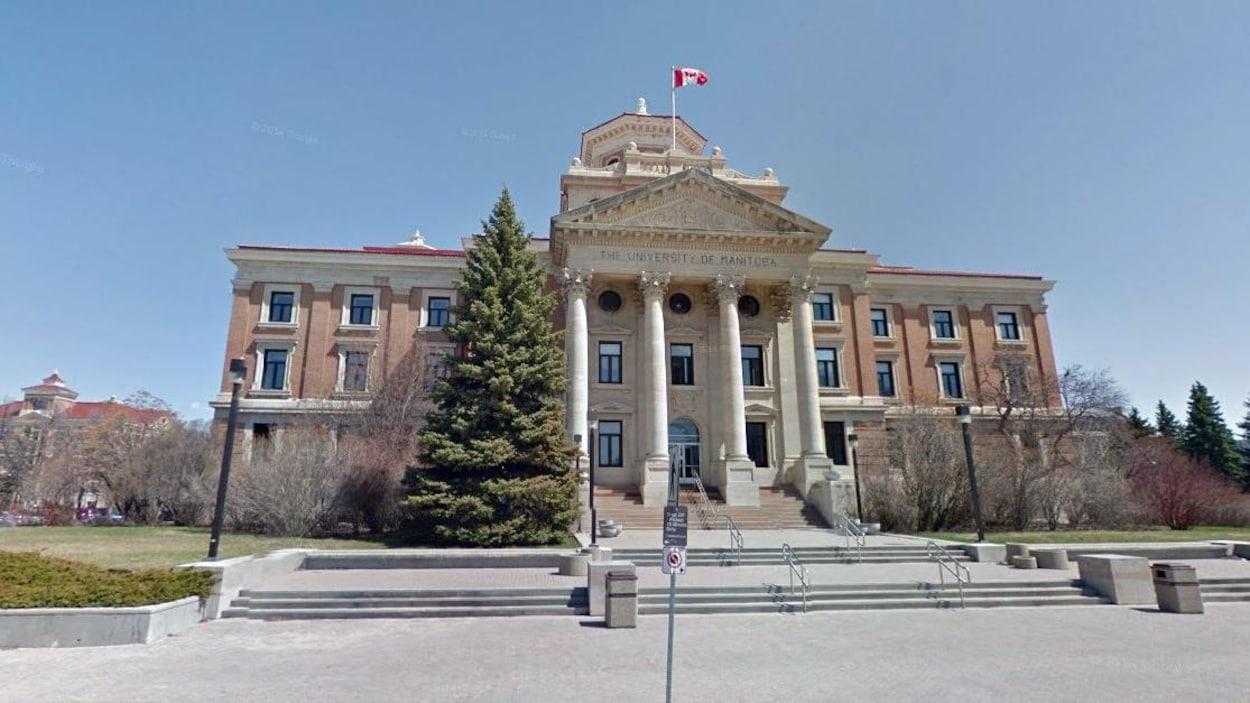 Vue de la façade avant d'un des bâtiments de l'Université du Manitoba.
