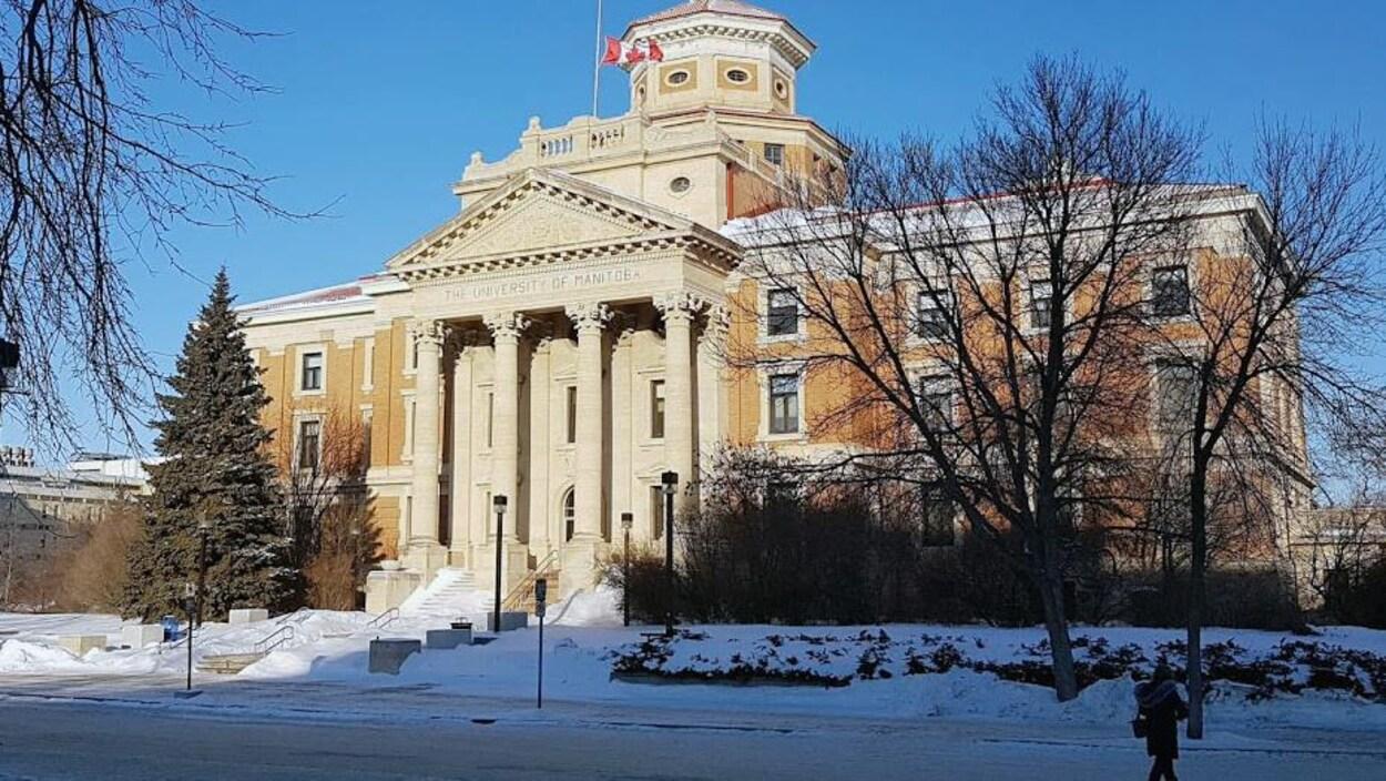 La façade d'un édifice de l'Université du Manitoba.