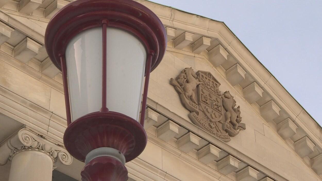 Un lampadaire en premier plan devant le pavillon Tabaret de l'Université d'Ottawa