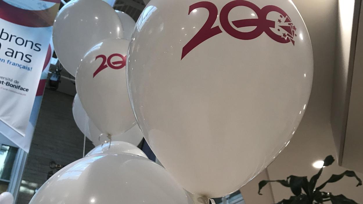 des ballons sur lesquels figurent un logo avec le chiffre 200.