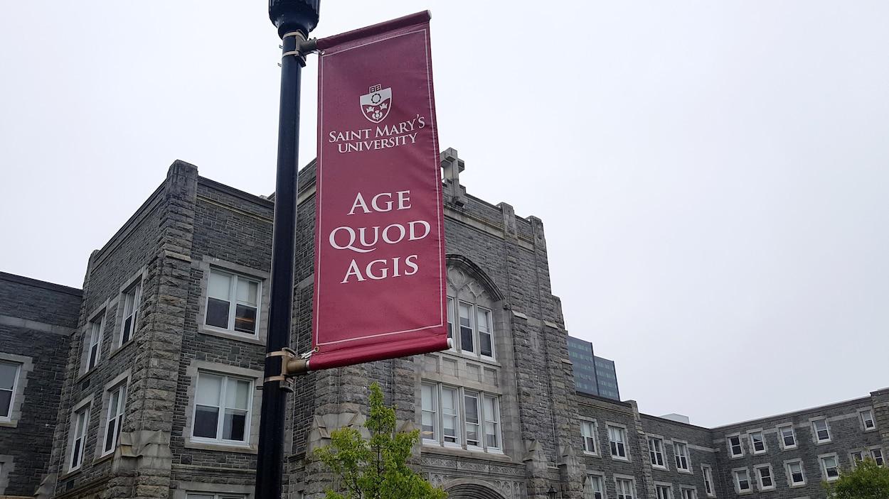 Une entrée et une bannière sur laquelle « Age Quod Agis» est écrit, à l'extérieur de l'Université Saint Mary's à Halifax en juin 2018.