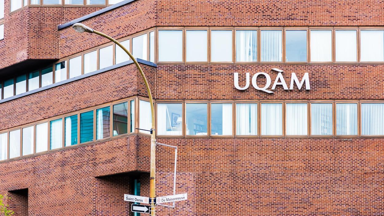 Un immeuble de l'UQAM situé à l'intersection de la rue Saint-Denis et du boulevard De Maisonneuve.