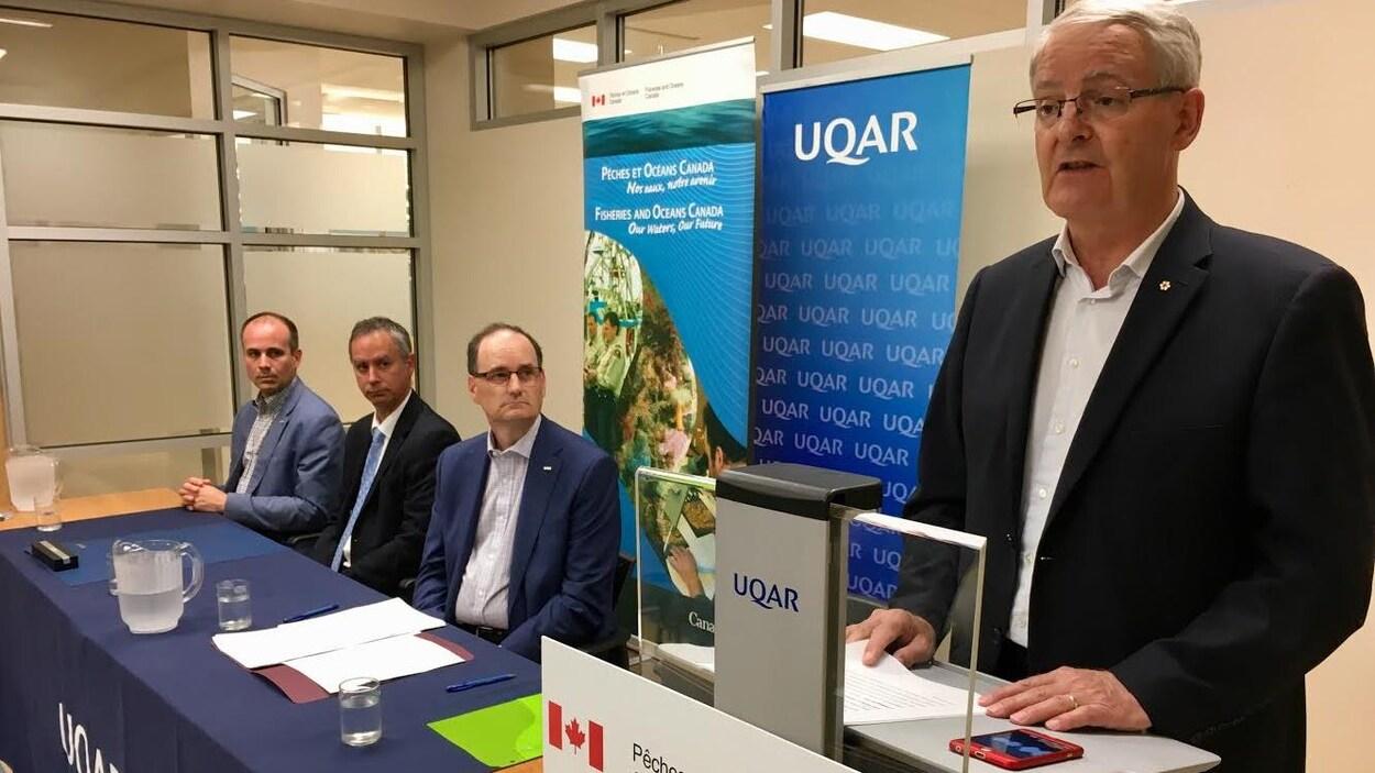Le ministre fédéral des Transports, Marc Garneau, était de passage à l'UQAR mercredi pour faire plusieurs annonces.