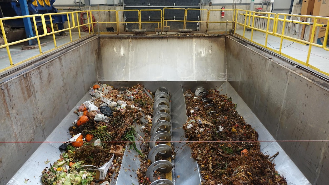 Des déchets dans un broyeur à l'usine