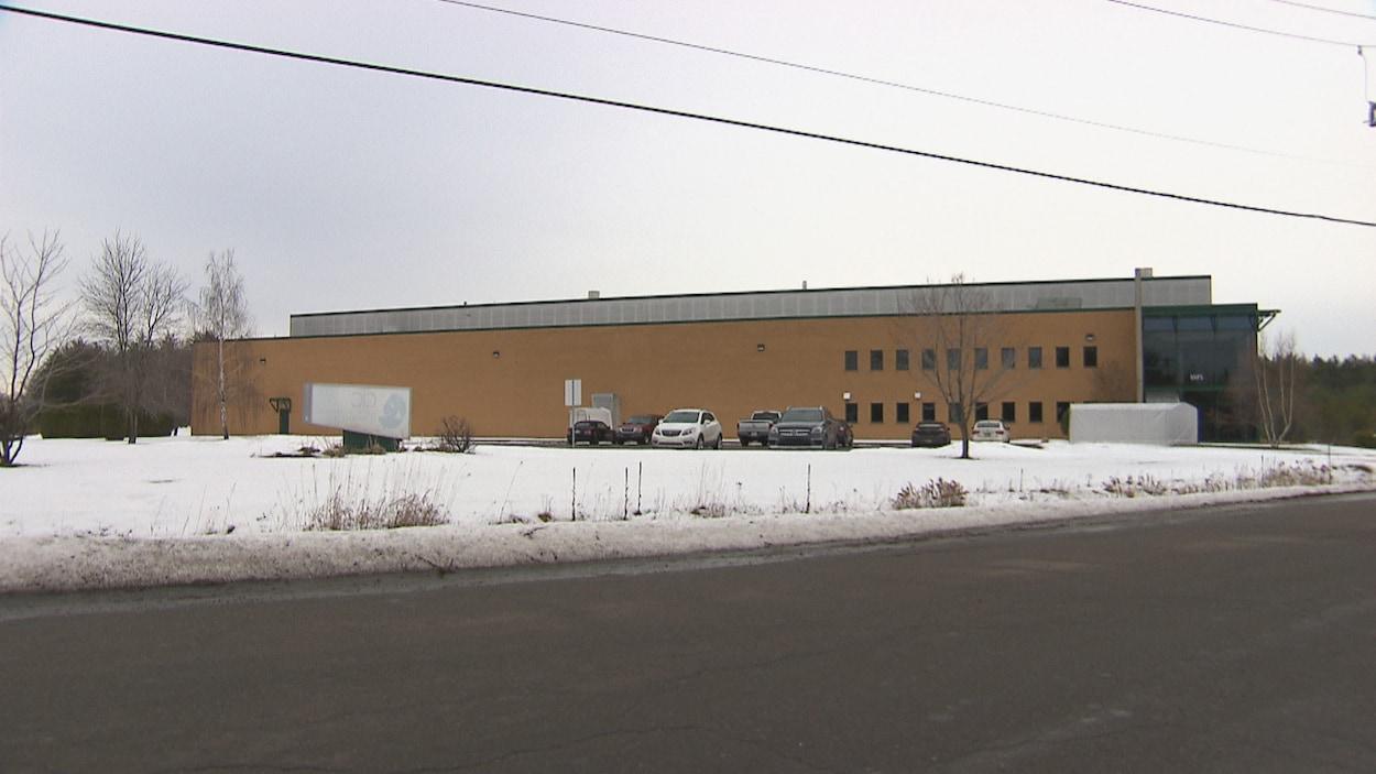 L'extérieur d'une usine.