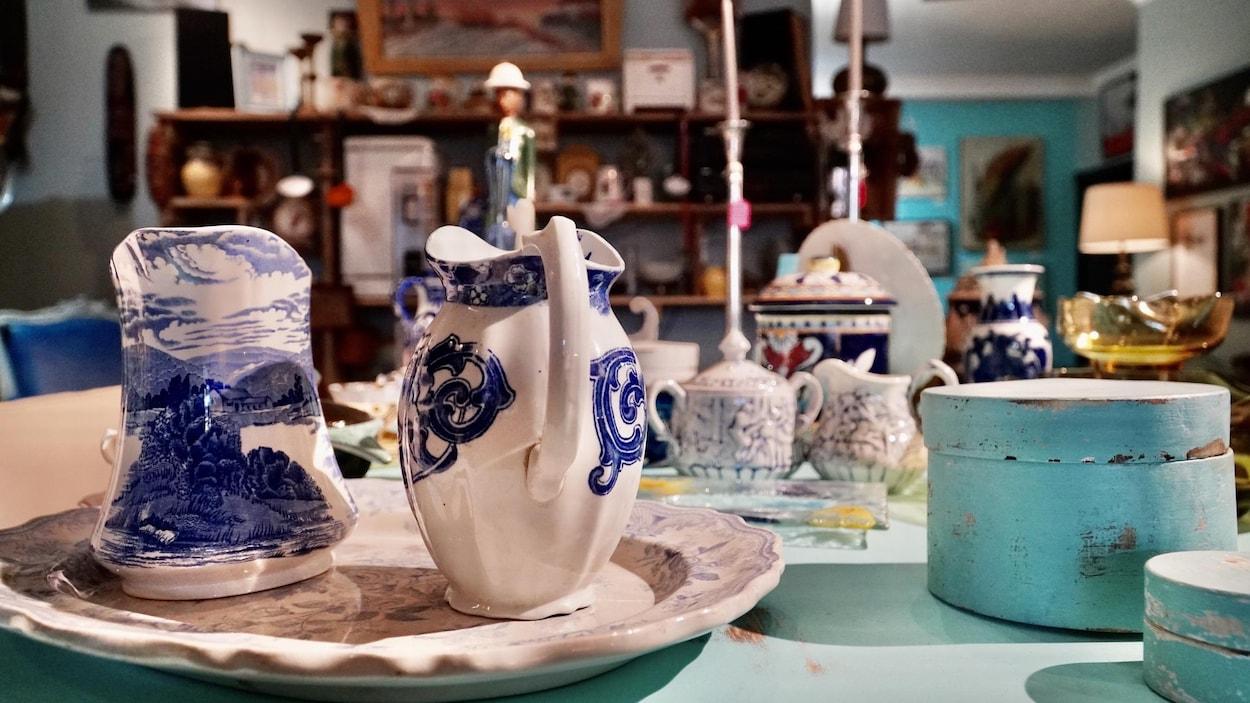 Des pots pour versés sur lait et de la vaisselles antiques.
