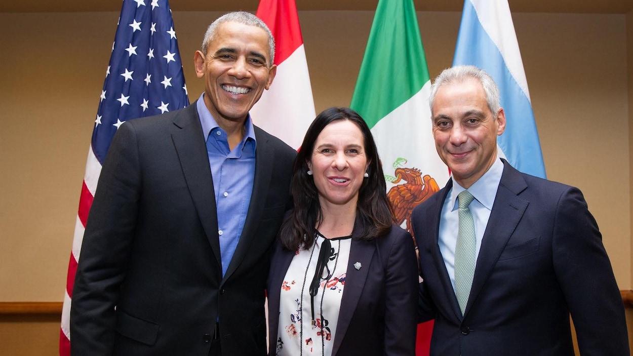 Valérie Plante pose aux côtés de l'ancien président américain, Barack Obama, et du maire de Chicago, Rahm Emanuel, à Chicago.