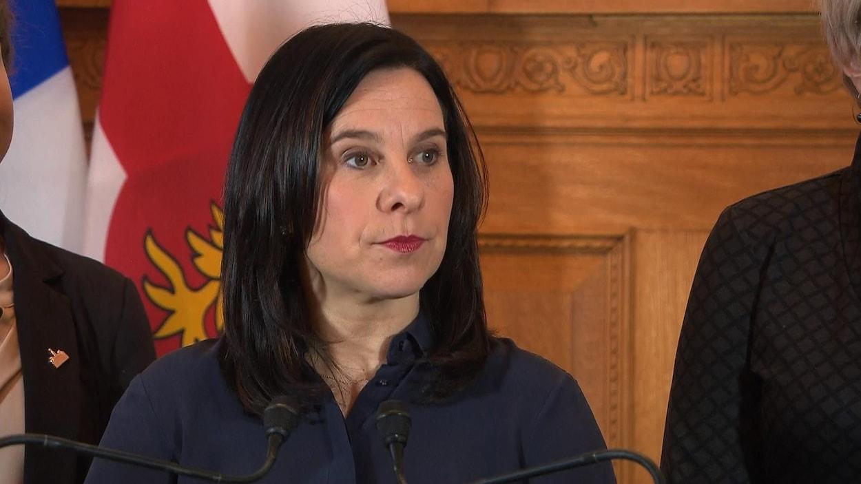 Valérie Plante répond aux questions des journalistes à l'hôtel de ville de Montréal.
