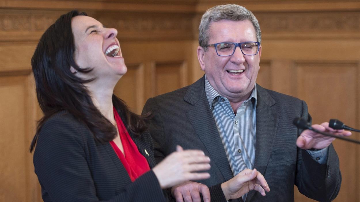 Gros plan des deux maires, qui rient de bon coeur.
