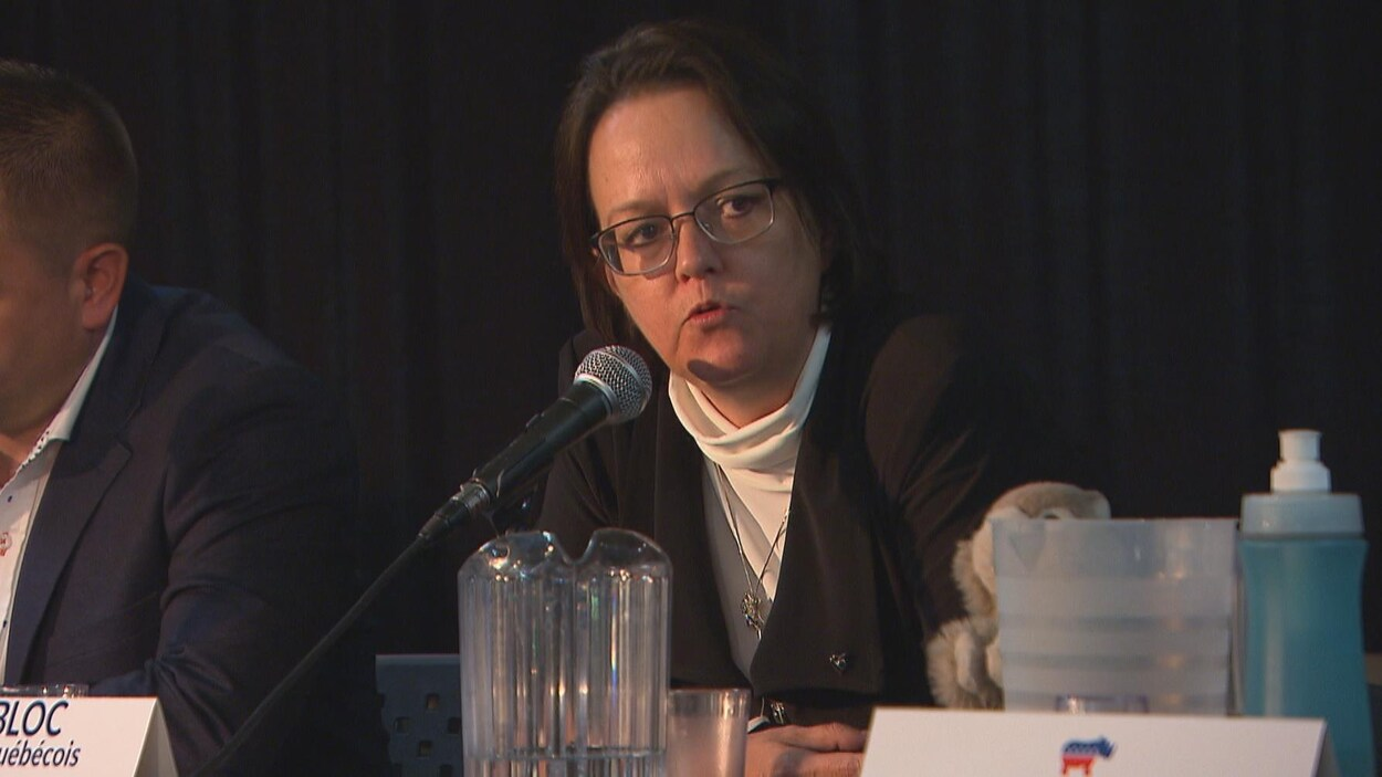 Valérie Tremblay parle au micro.