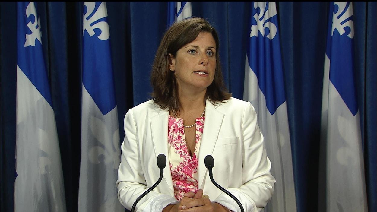 La ministre de la Justice Stéphanie Vallée lors d'un point de presse à propos du projet de loi 62 (archives).