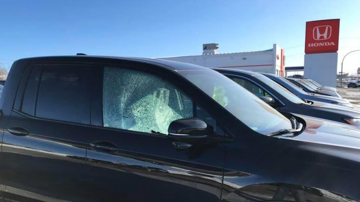 Une fenêtre de voiture cassée.