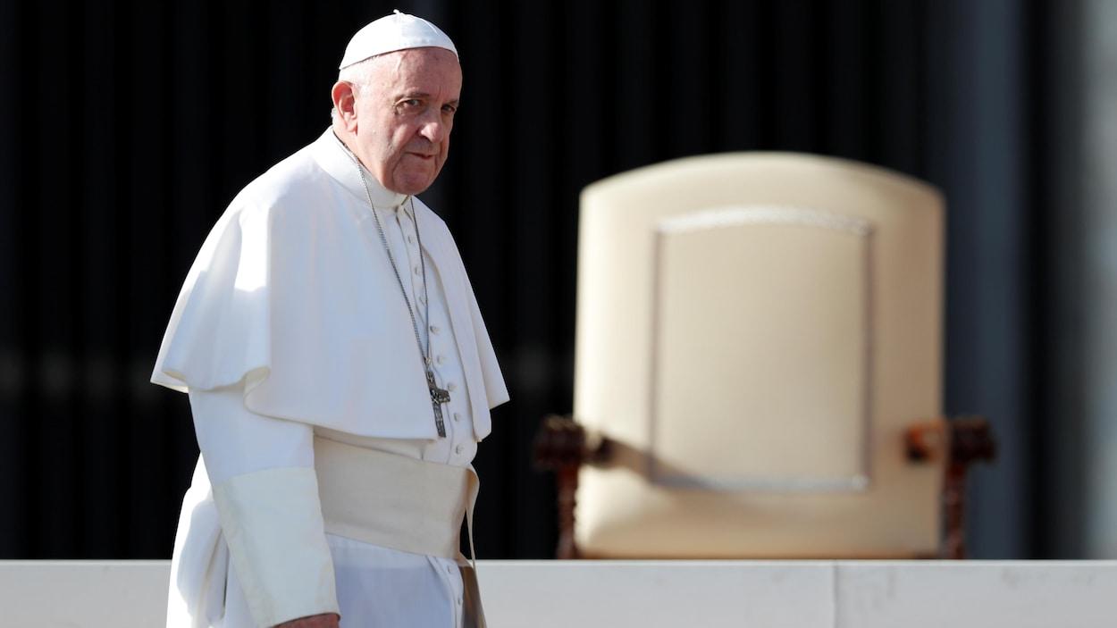 Le pape François vêtu en blanc à l'extérieur du Vatican.