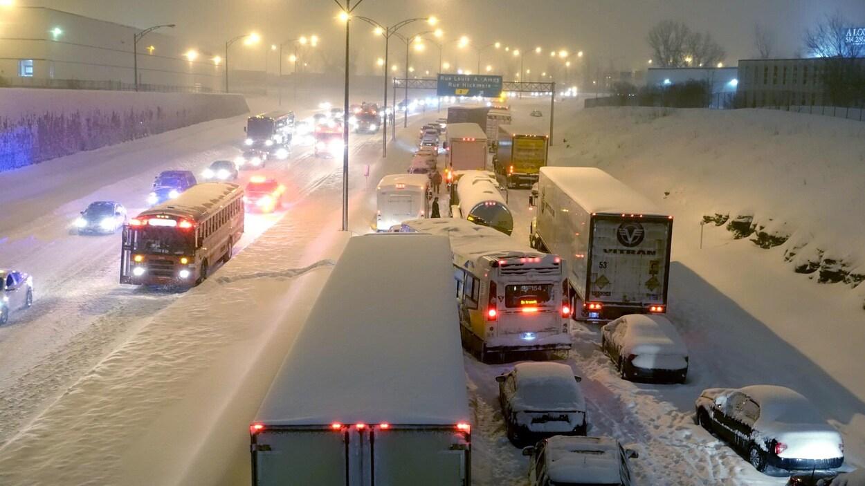 Des véhicules restés pris sur l'autoroute 13 sud, dans l'ouest de Montréal, après une intense tempête hivernale.