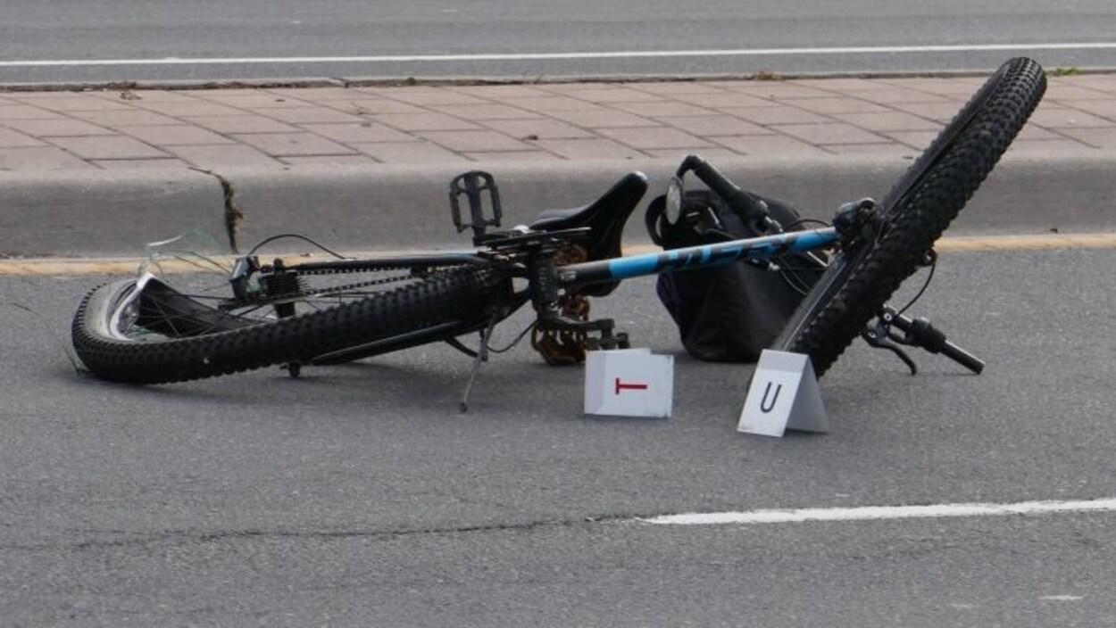 Un vélo accidenté sur une route