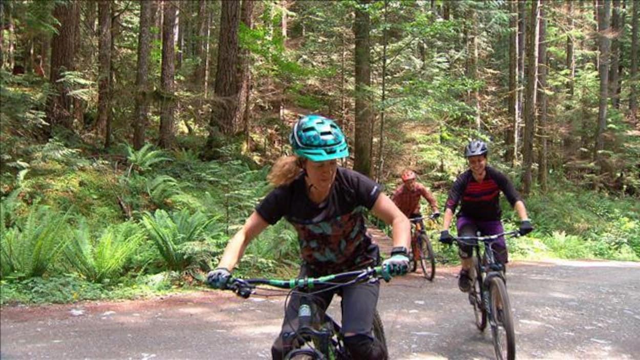 Des cyclistes sur des vélos de montagne.
