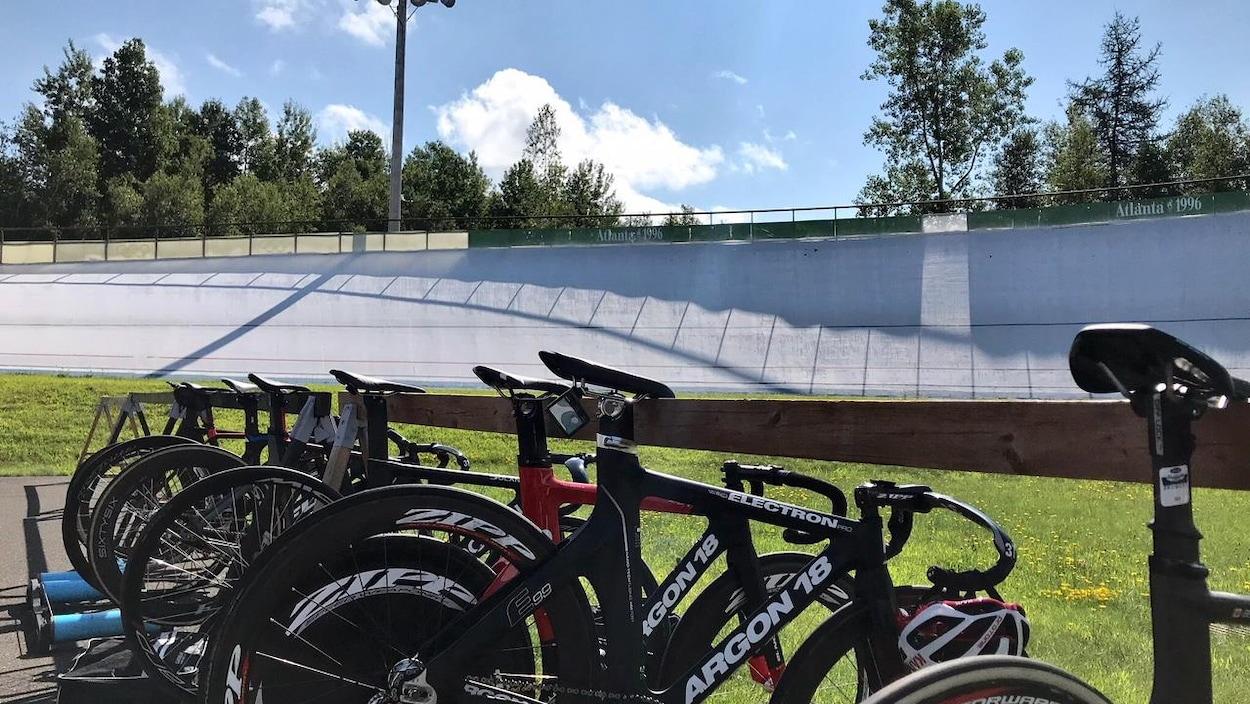 Des vélos au centre de la piste du vélodrome de Bromont