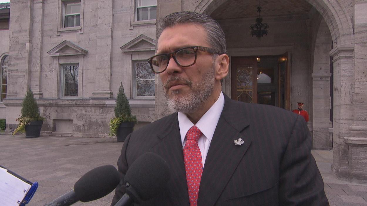 Le nouvel ambassadeur vénézuélien au Canada devant Rideau Hall, à Ottawa.