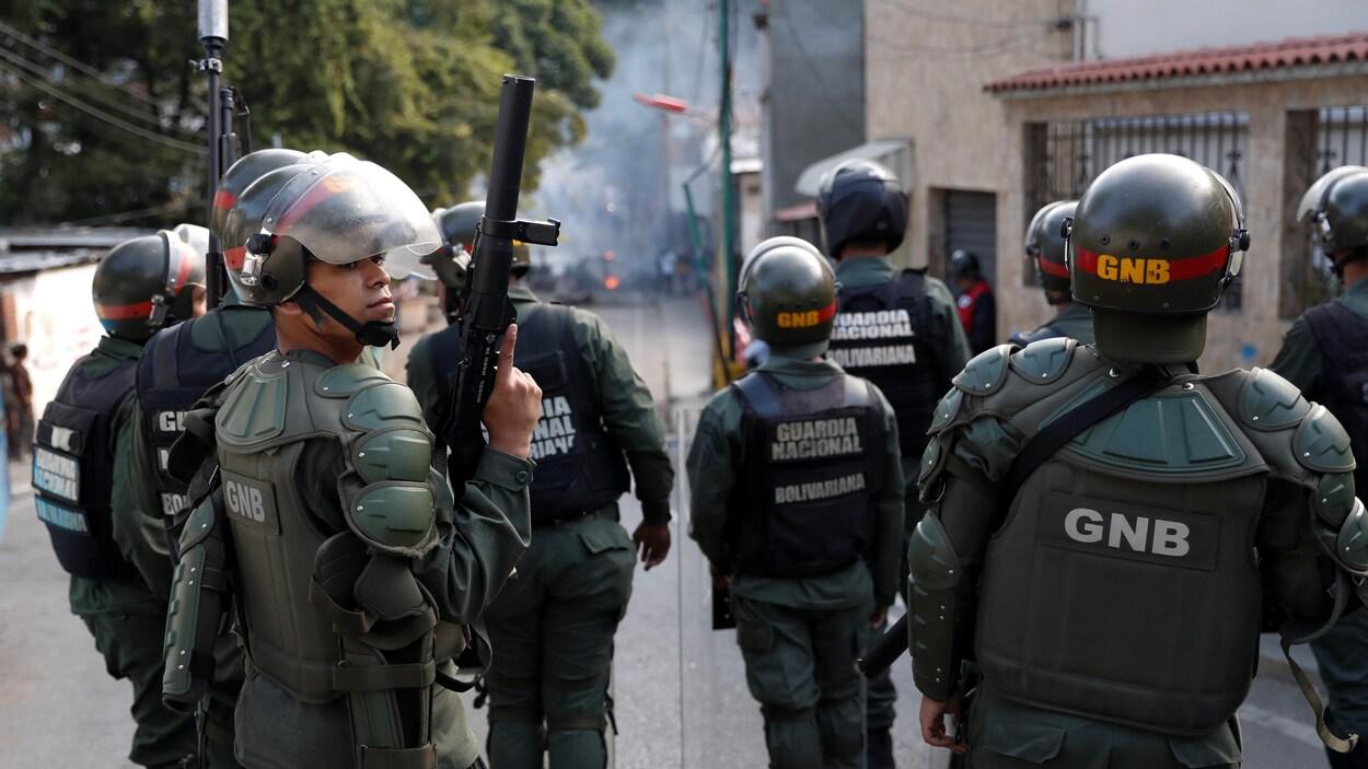 La Garde nationale vénézuélienne face à des manifestants près d'un de ses avant-postes à Caracas
