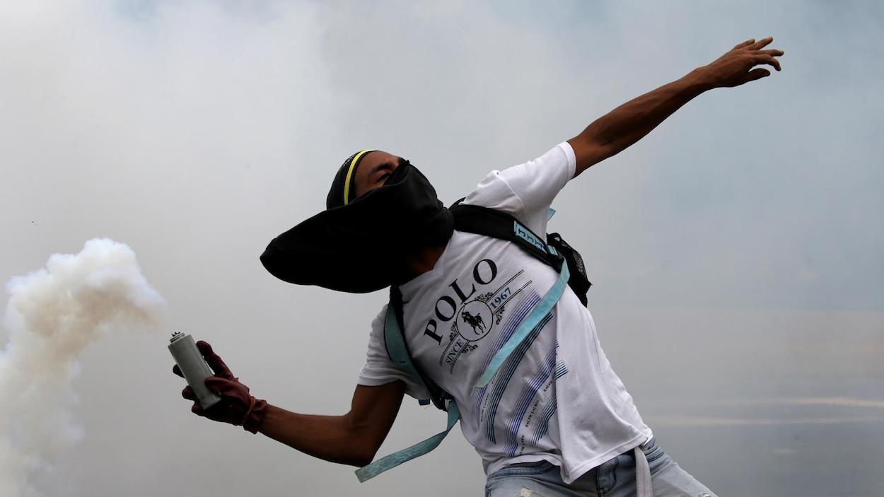 Dans les rues de Caracas, les manifestants ont lancé des cocktails Molotov et des pierres aux forces policières.