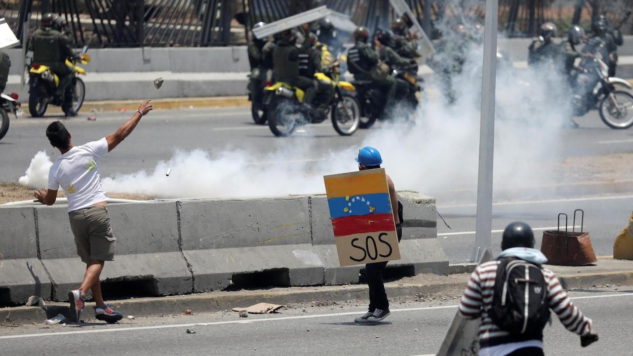 Heurts entre les partisans du leader de l'opposition vénézuélienne Juan Guaido et ceux du gouvernement président Nicolas Maduro.