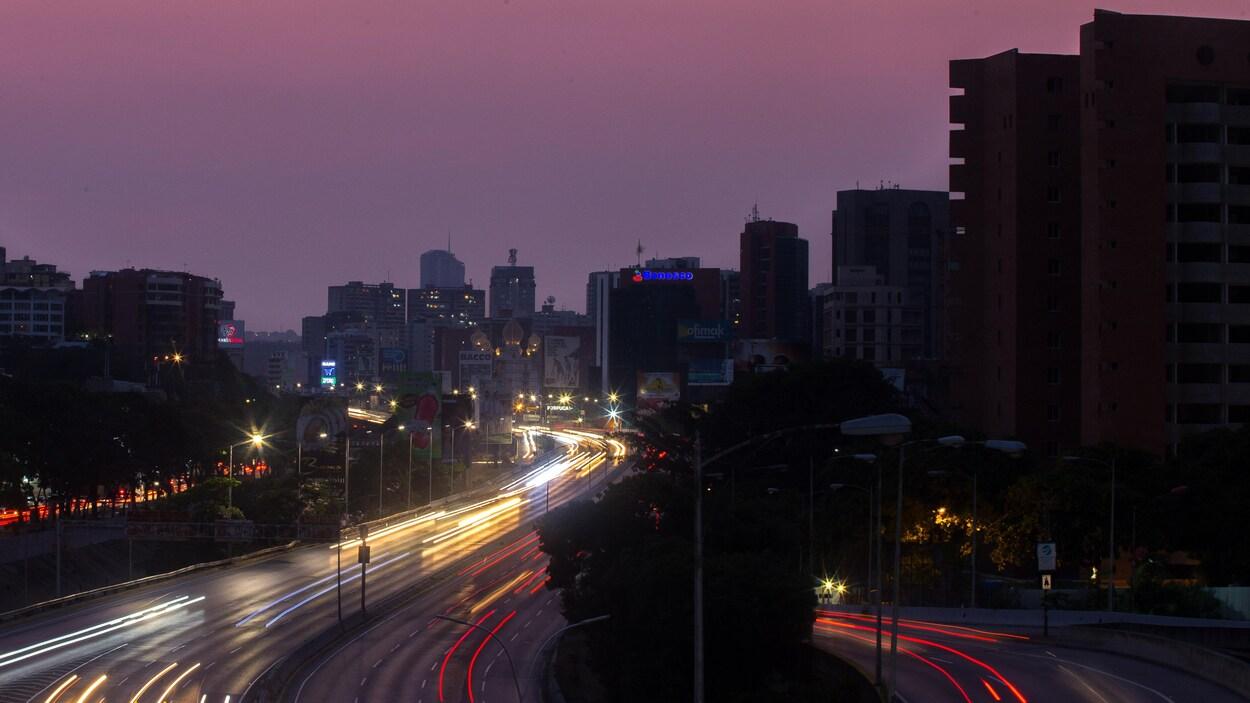 L'autoroute Francisco Fajardo était partiellement éclairée lors d'une panne de courant à Caracas, au Venezuela, le 26 mars dernier.