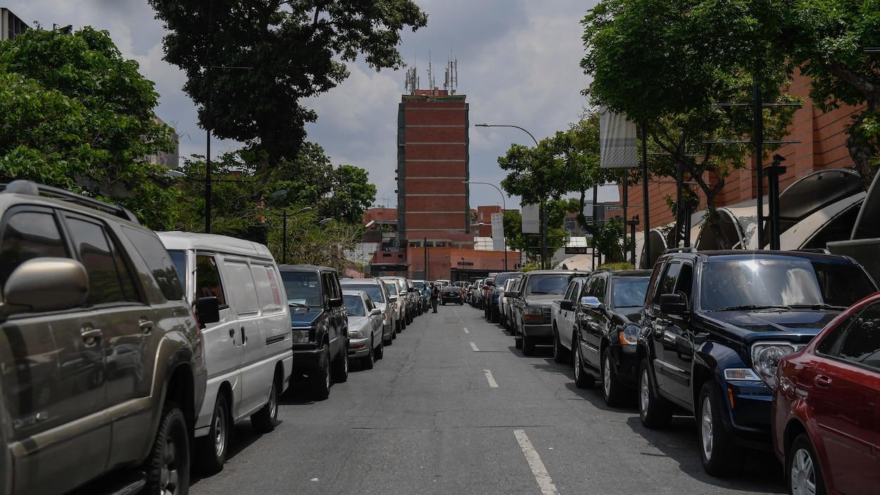 Deux longues files de voiture dans une rue de Caracas.
