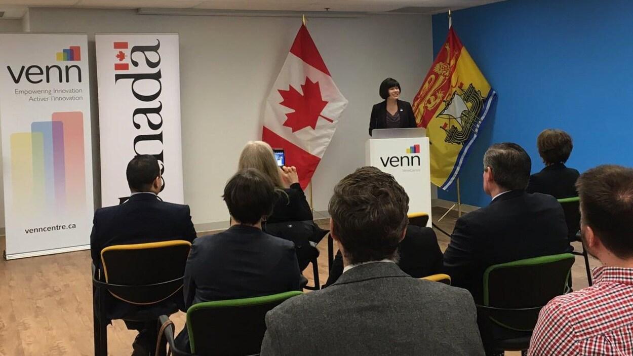 La députée Ginette Petitpas-Taylor annonce la contribution versée par Ottawa à Venn Innovation.