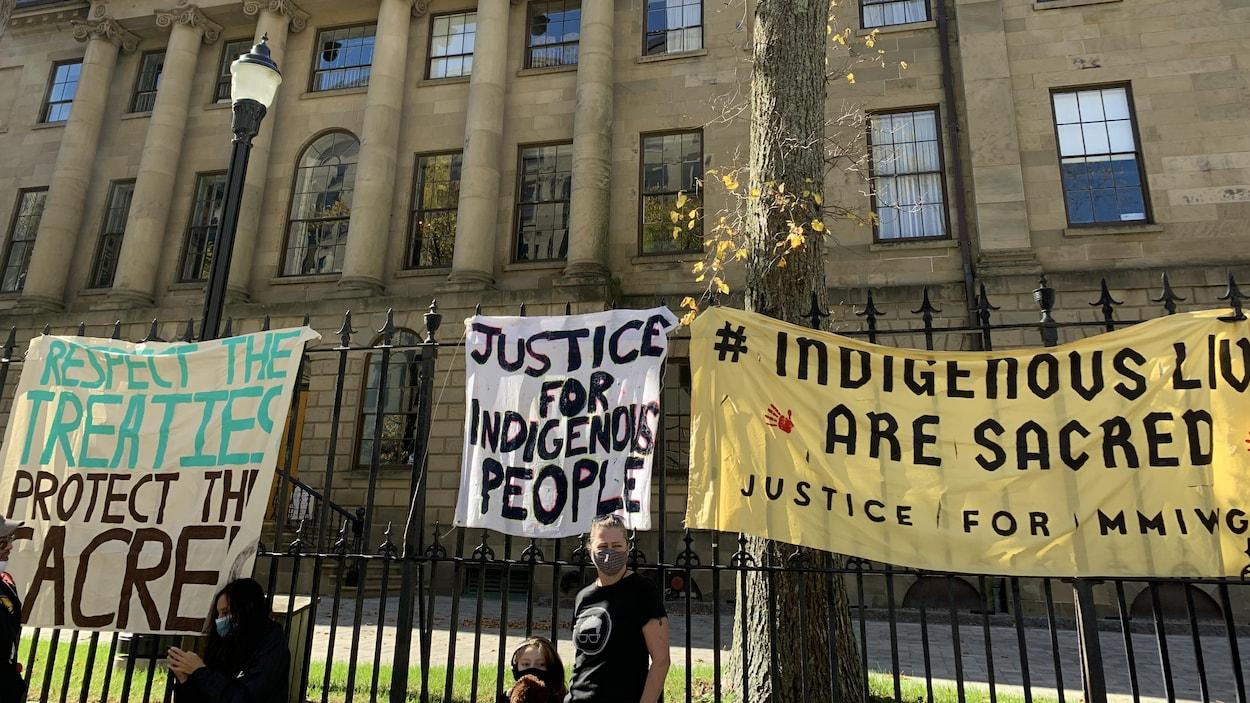 Province House et la clôture de métal devant l'édifice, où sont accorchées des bannières réclamant le respect des traités et des droits des Premières Nations.