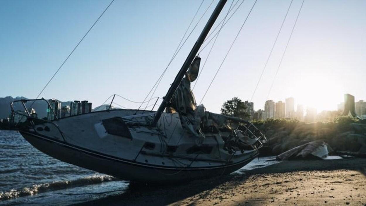 Un voilier d'un mat couché sur une plage de Vancouver en raison des vents forts du 24 mai 2017
