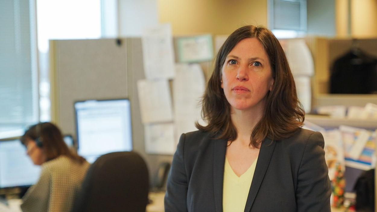 Vera Etches pose pour une photo dans un bureau.