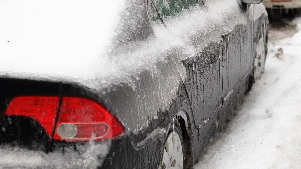 Une voiture couverte de verglas.