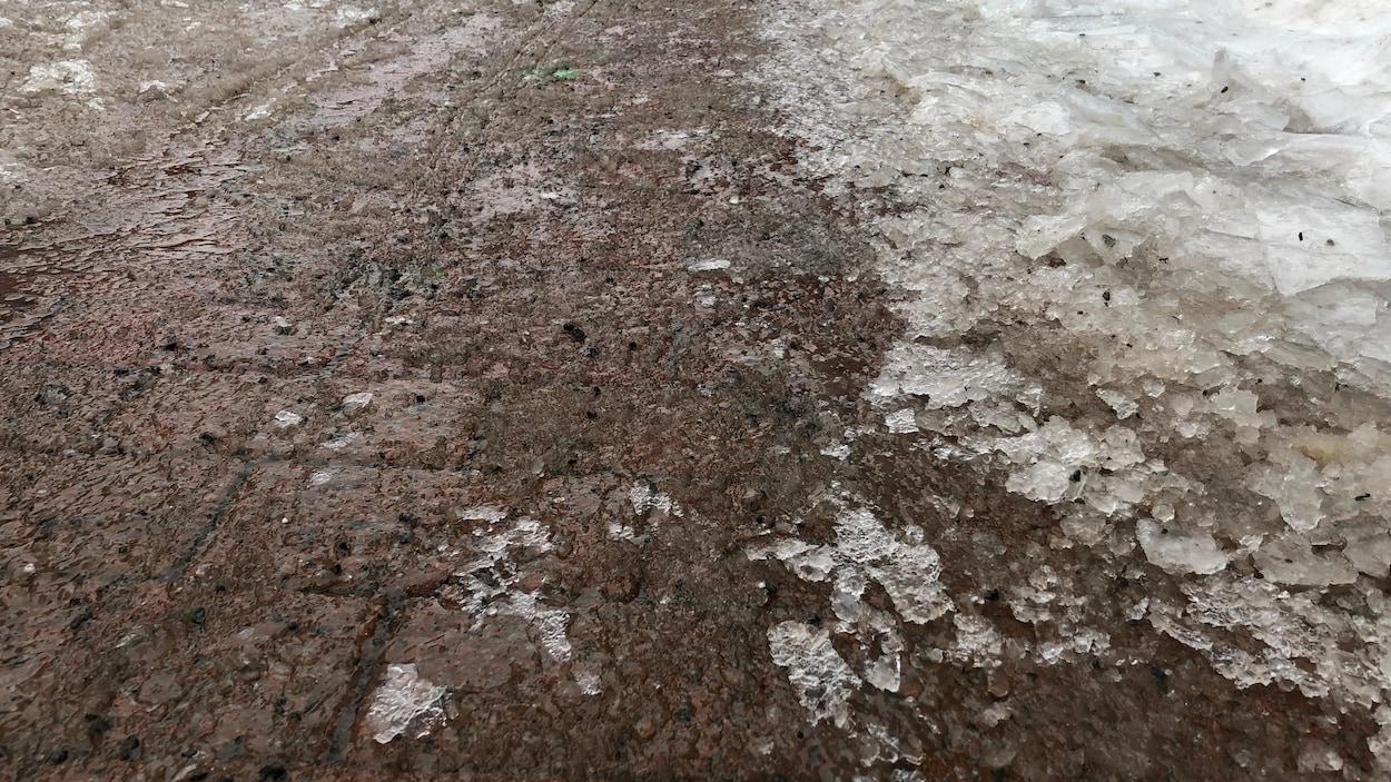 Les trottoirs sont recouverts de verglas.