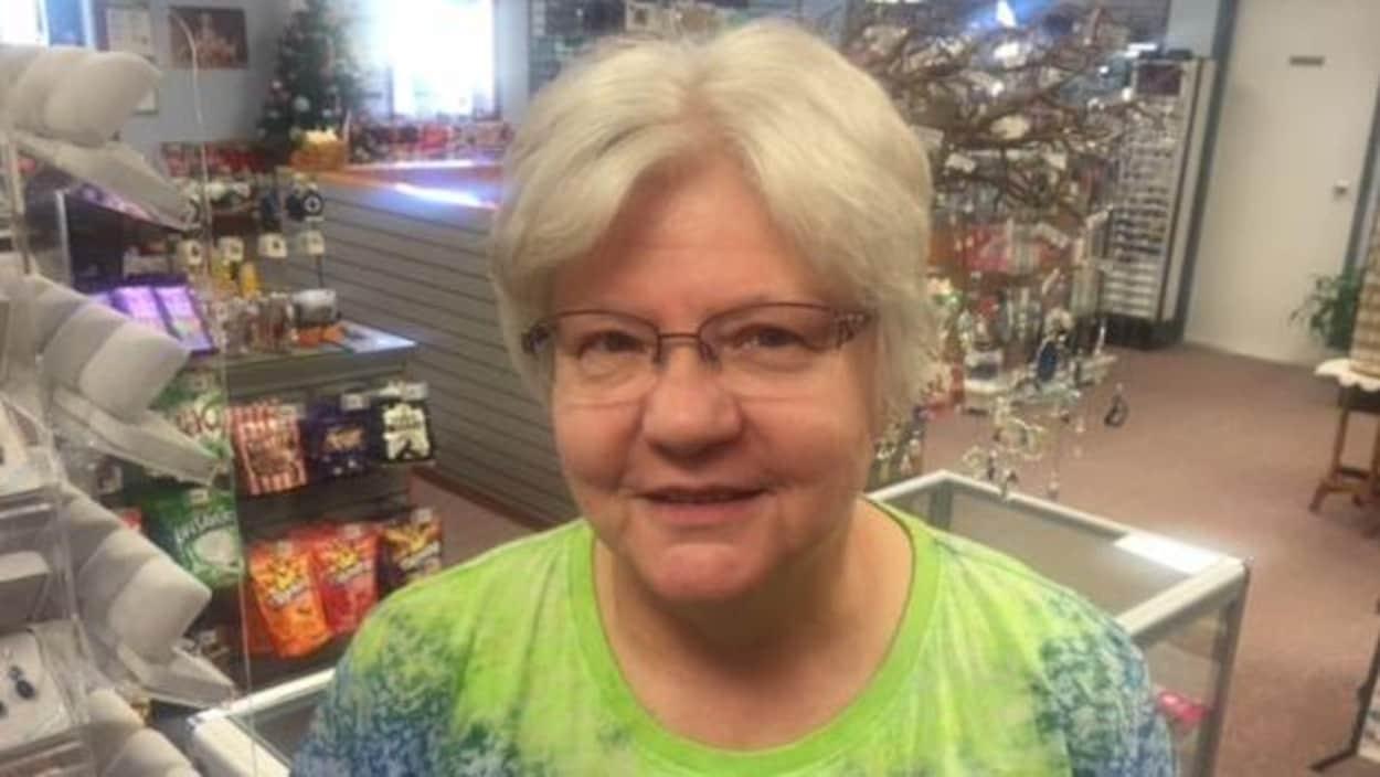 Photographie de Verna Kittleson dans un magasin général.